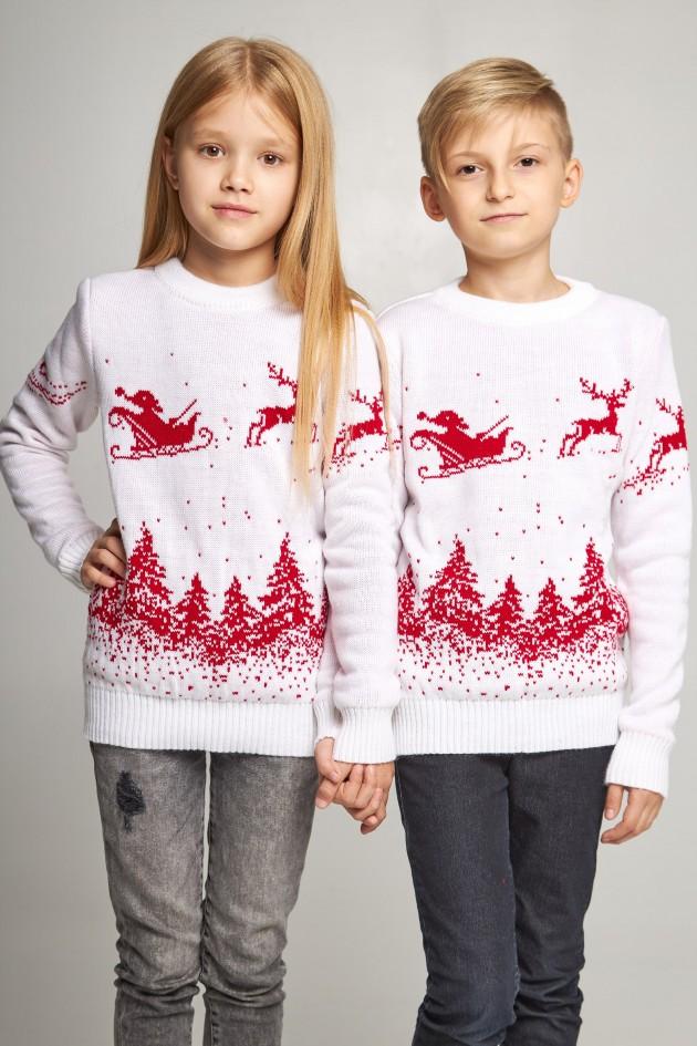 Новорічні в'язані дитячі светри для двох Дід мороз з оленями білі